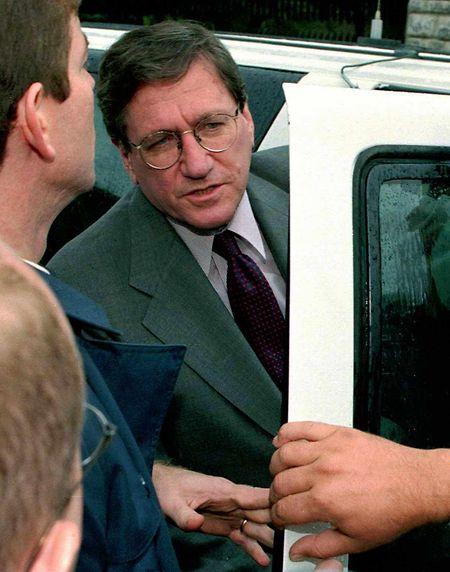 Der US-Sondergesandte Richard Holbrooke steigt am 10. Oktober 1998 in sein Auto und verlässt das US-Informationszentrum in Pristina auf dem Weg zu Gesprächen mit dem Vertreter der Kosovo-Albaner in Rugova.