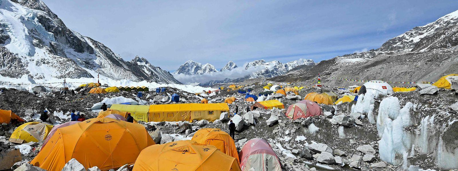 Tendas de alpinistas no campo base da expedição ao Everest, o ponto mais alto do mundo.