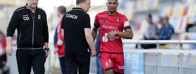 Florent Malouda, qui sort blessé ici contre le Fola, aurait-il dû jouer la demi-finale? Pascal Carzaniga le pense sincèrement.