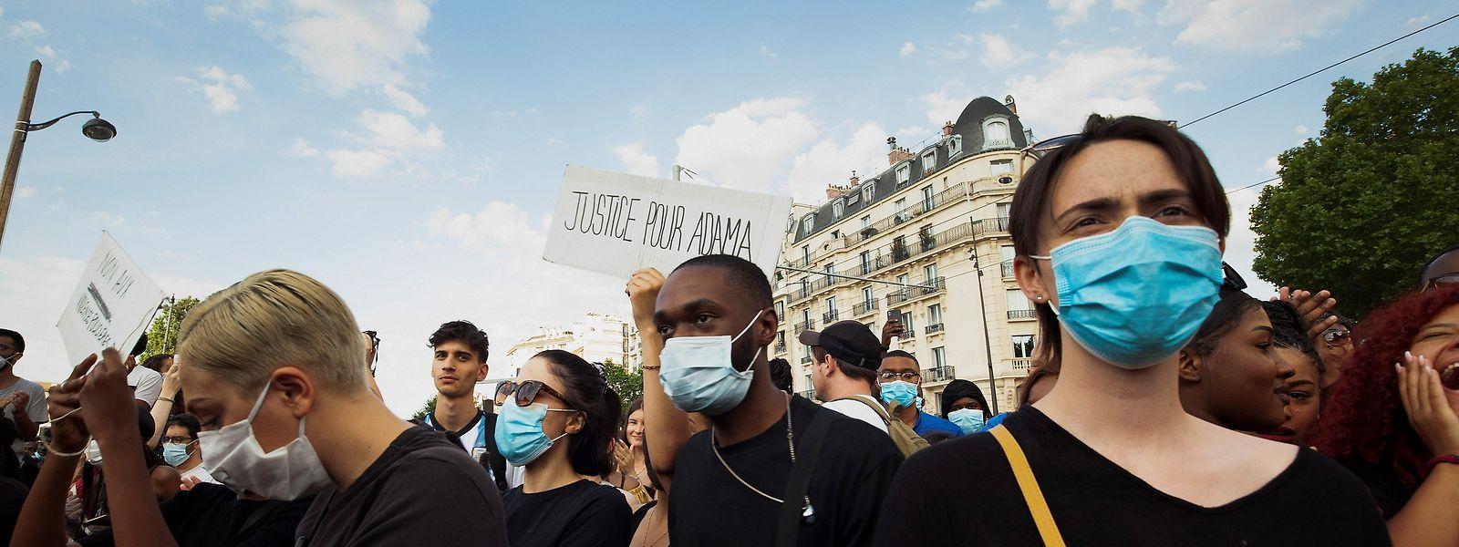 Die Demonstranten in Paris erinnern an Adama Traoré, der unter ähnlichen Umständen wie George Floyd ums Leben kam.