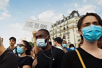 TOPSHOT - Protesters demonstrate in front of Paris courthouse against police violence on June 2, 2020. - Some 20,000 people defied a ban in Paris on Tuesday to protest the 2016 death of a young black man in French police custody, some clashing with police and using slogans like those used in the demonstrations raging in the US. In the US several cities have deployed the guard in the face of angry protests against police brutality following the killing of the unarmed black man George Floyd by police during an arrest in Minneapolis last week. (Photo by Michel RUBINEL / AFP)