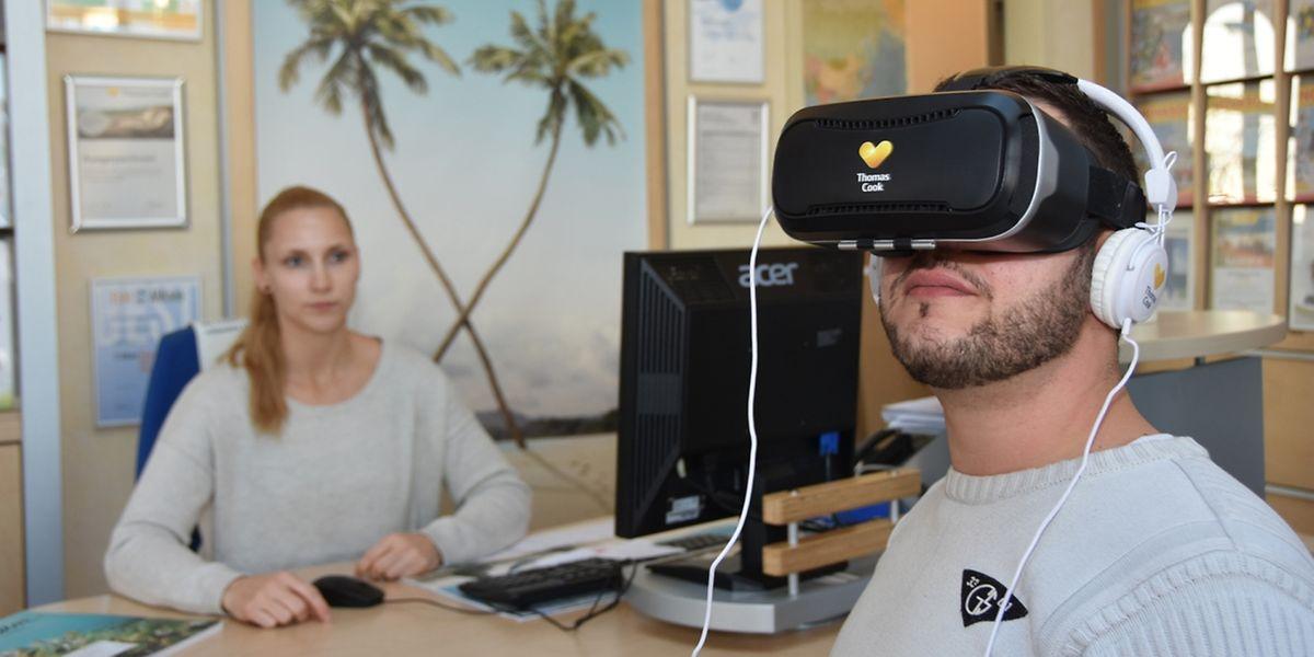 Die Technik macht's möglich: Mit einer Virtual-Reality-Brille können sich Urlauber im Reisebüro einen Rundum-Überblick über ein Hotel verschaffen.