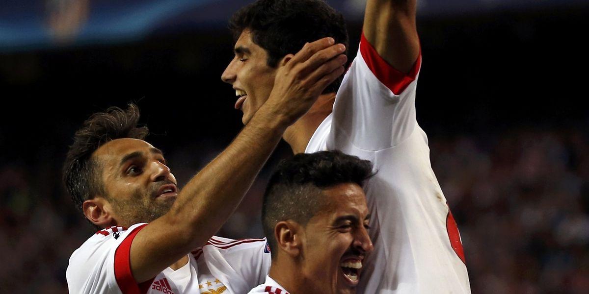 Guedes, Jonas et Almeida fêtent le but de la victoire. Benfica a fait comme Porto la veille.