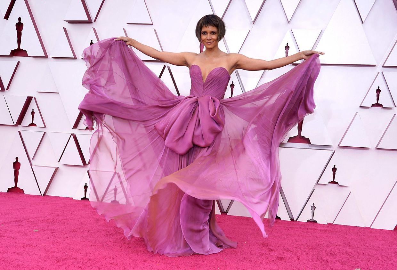 Ganz schön flatterhaft: Halle Berry in Dolce & Gabbana.