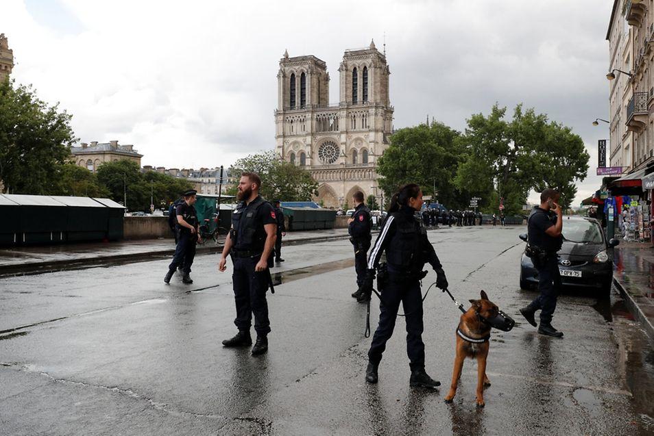 Homem baleado após atacar polícia em Notre-Dame — Paris