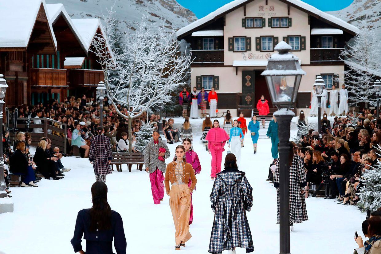 Für die Präsentation der Ready-to-wear-Kollektion Herbst/Winter 2019/20 wurde das Grand Palais in einen Wintersport-Ort verwandelt.