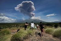 A plume of ash is released as Mount Agung volcano erupts, seen from the Kubu subdistrict in Karangasem Regency on Indonesia's resort island of Bali on May 31, 2019. (Photo by MADE ALIT SUANTARA / AFP)