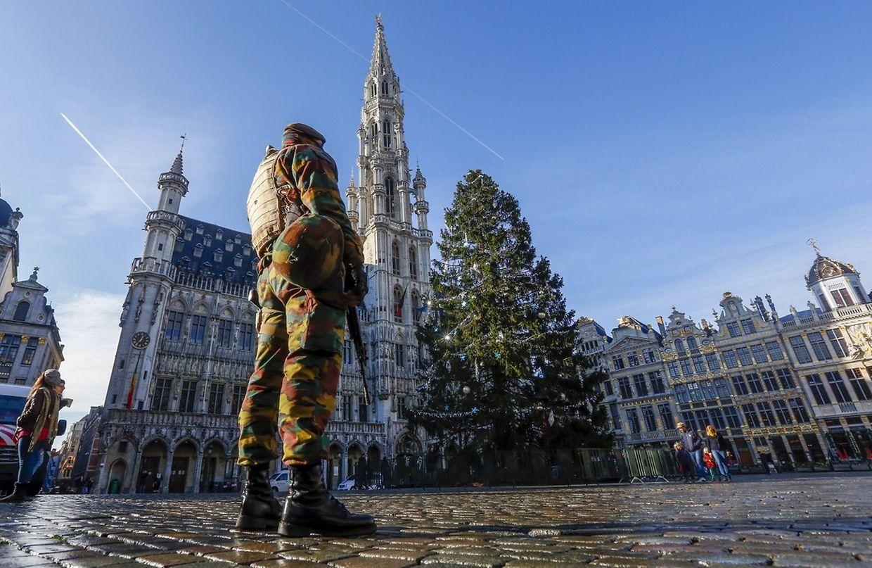Dans Bruxelles menacé, la vie reprend ses droits, mais au ralenti