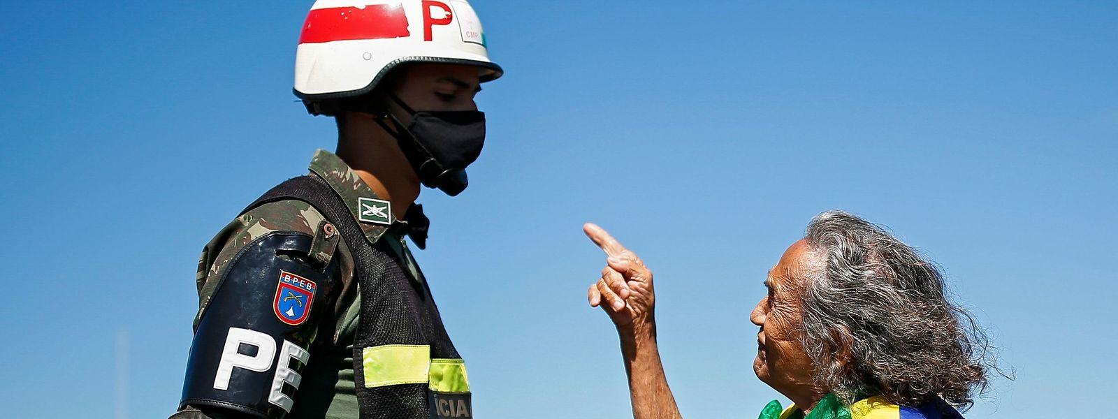 Ein Unterstützer von Präsident Jair Bolsonaro diskutiert mit einem Soldaten.
