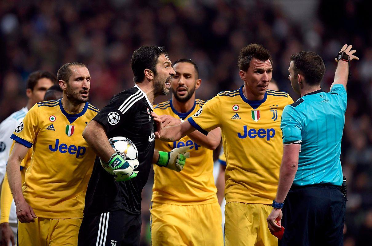 Die Italiener protestieren heftig, allen voran Kapitän Gianluigi Buffon.