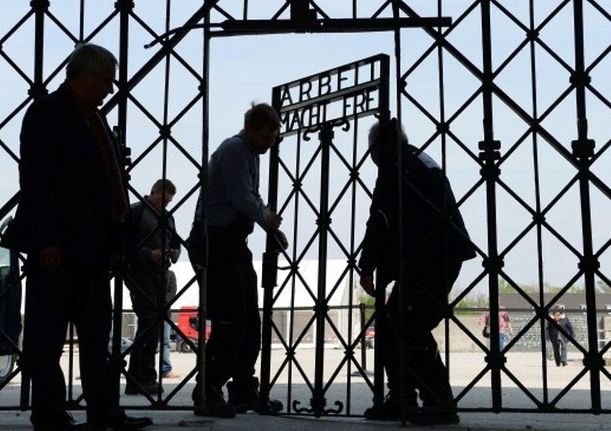 """Am Eingang zu dem ehemaligen KZ setzten Arbeiter am Jahrestag der Befreiung ein neues Tor ein mit der berüchtigten Inschrift """"Arbeit macht frei"""". Das Originaltor war im November 2014 gestohlen worden."""