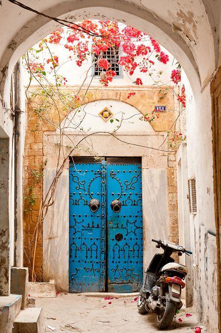 Derrière des portes massives se dissimulent des palais.