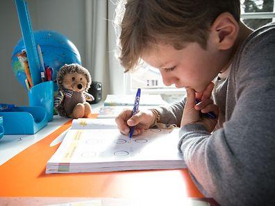 «C'est à l'enseignant de juger si toute la classe ou certains élèves doivent réviser durant le week-end ou pendant les vacances», estime le ministre de l'Education nationale, Claude Meisch.