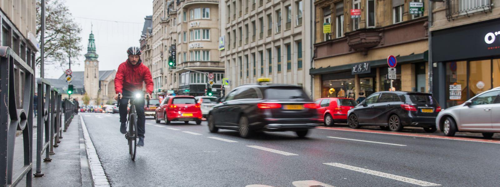 In der Avenue de la Liberté verboten und daher nur nachgestellt: Tatsächlich würde die Öffnung eines190  Meter langen Teilstücks der Busspur in Richtung Oberstadt den Radfahrern allerdings deutlich mehr Sicherheit und Komfort bringen.