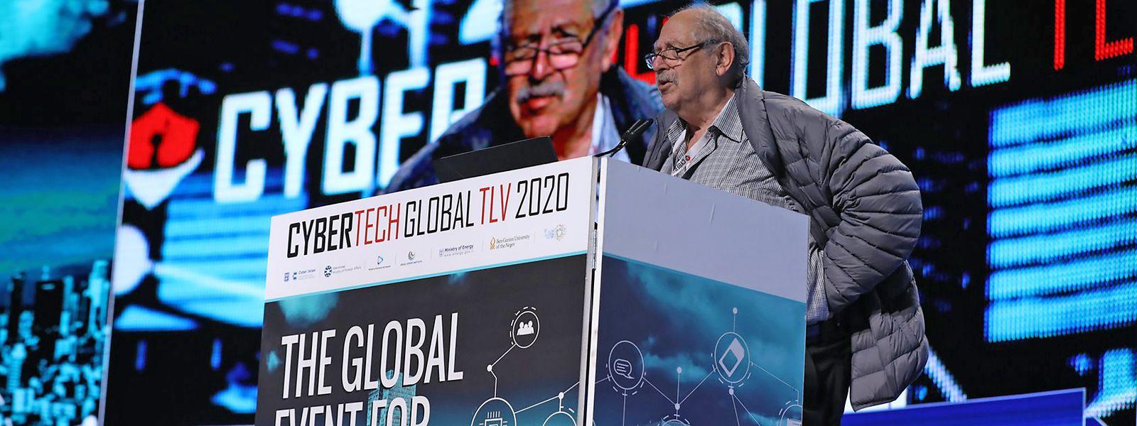 """Yossi Vardi, einer der einflussreichsten Investoren der israelischen Technologiebranche, moderiert die Diskussionen über IT-Sicherheit auf der Fachmesse """"Cybertech"""" in Tel Aviv."""
