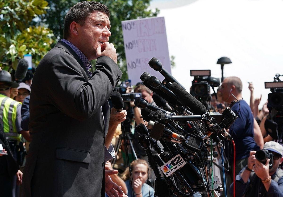 """Jason Kessler, einer der Organisatoren der """"Unite the Right""""-Versammlung versucht in Charlottesville zu sprechen."""