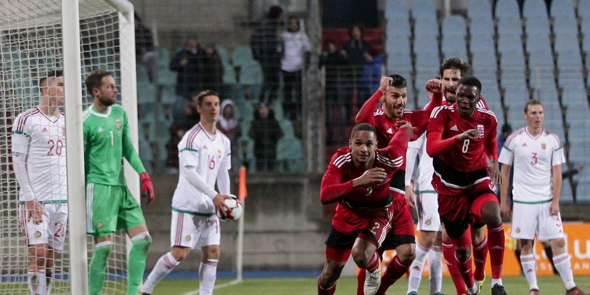84e minute: Marvin Martins (au centre) vient de surgir de la tête pour offrir la victoire au Luxembourg.