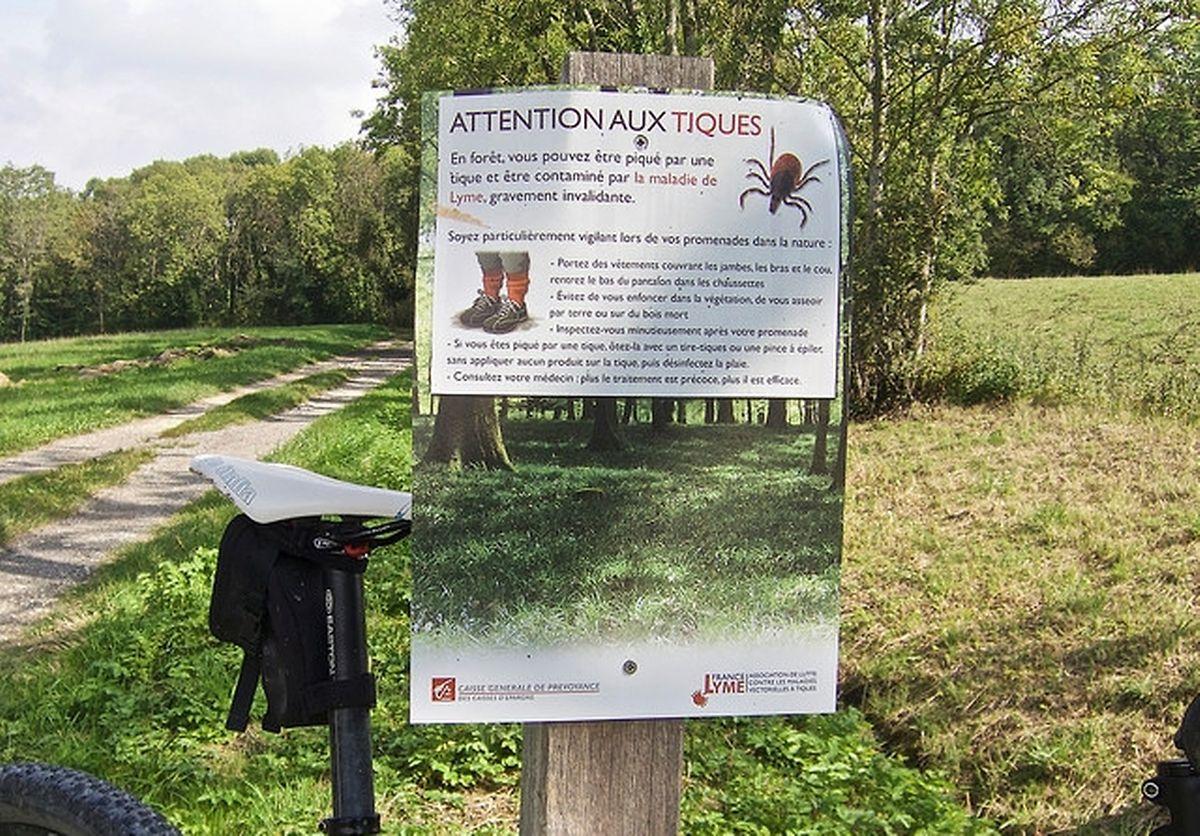 En France, l'association France Lyme oeuvre pour installer des panneaux de prévention dans les zones à risques