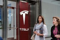 NEW YORK, NY - JUNE 06: People walk by a Tesla showroom in the Meatpacking district in Manhattan on June 6, 2018 in New York City. Tesla stock had its best day since November 2015 on Wednesday rising more than 9.5 percent after the company revealed it is nearing its Model 3 weekly production rate. Also, in a vote shareholders backed Elon Musk as chairman and CEO.   Spencer Platt/Getty Images/AFP == FOR NEWSPAPERS, INTERNET, TELCOS & TELEVISION USE ONLY ==