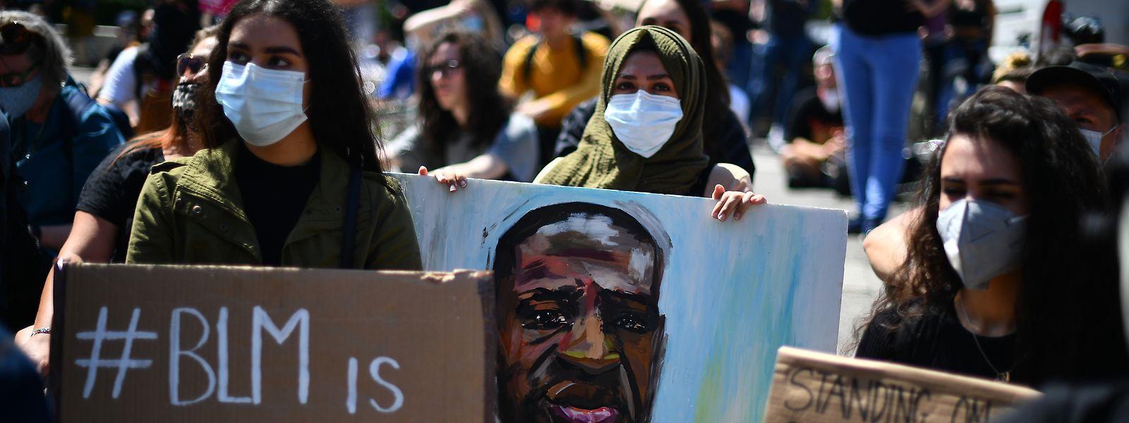 Rund um die Welt wird derzeit gegen Rassismus demonstriert. Eine Frau hält in London ein Gemälde mit der Abbildung von George Floyd. Doch schon wieder gab es in den USA ein Rassismus-Opfer.