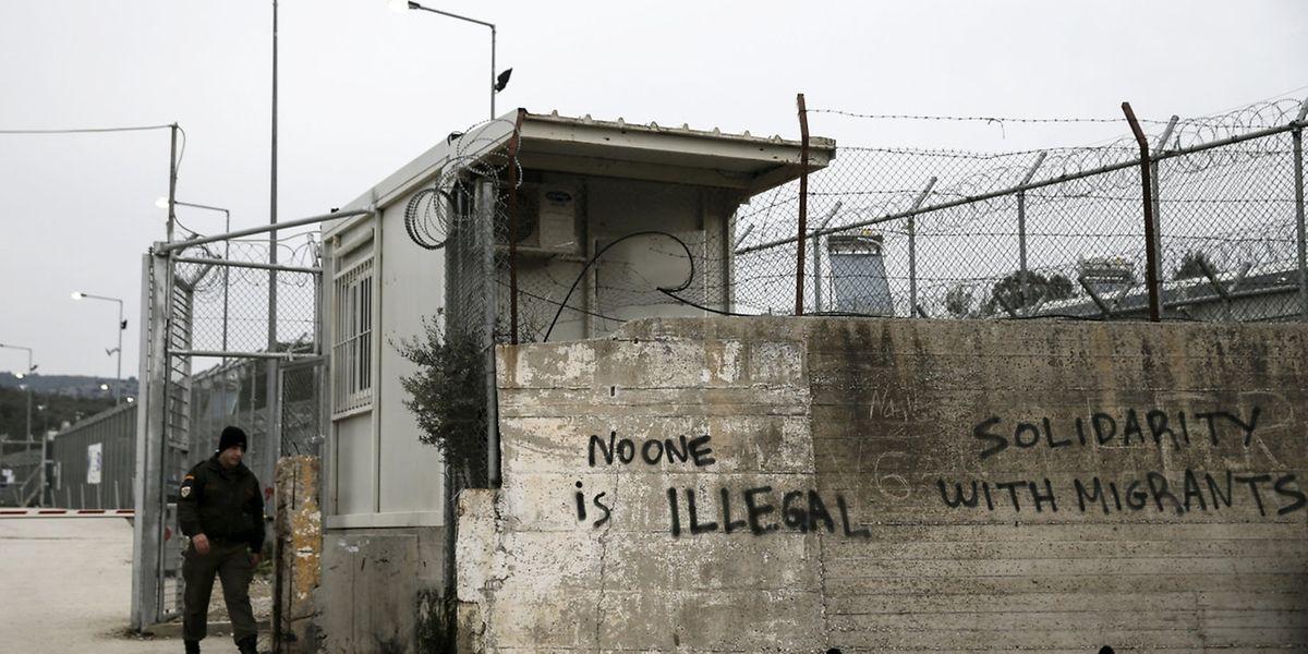 Die Registrierzentren, hier auf der griechischen Insel Lesbos, sind umzäunt.