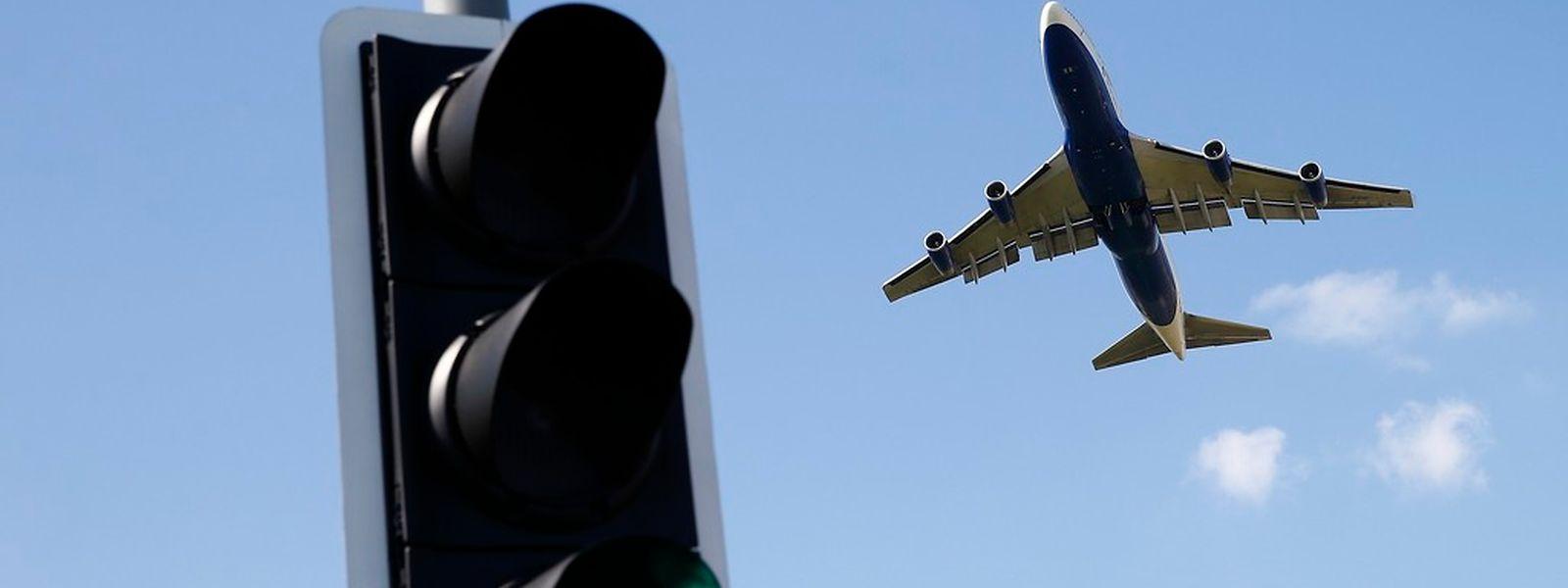 Bei Verspätungen können Passagiere Schadenersatz fordern - auch wenn das Flugzeug lange mit geschlossenen Türen parkt.