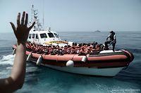 Flüchtlinge an Bord eines Schiffs der italienischen Küstenwache, nachdem sie das Rettungsschiff Aquarius verlassen haben.