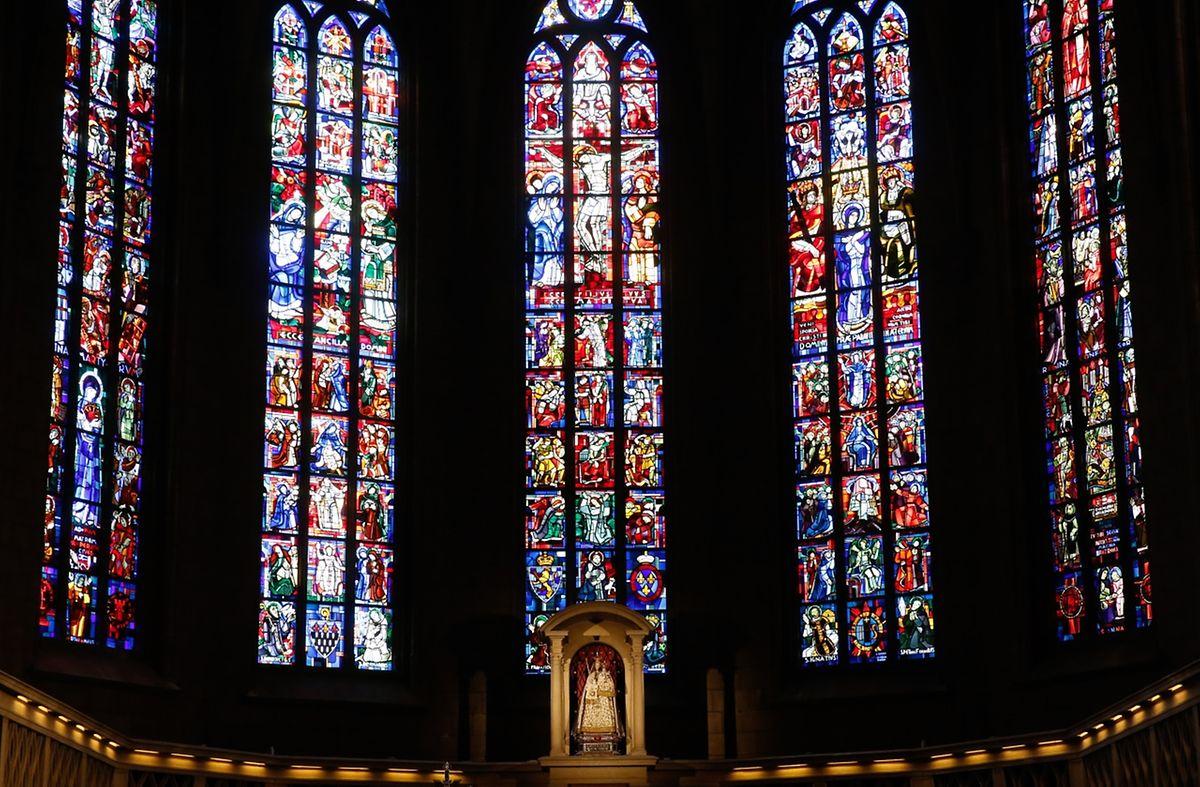 Der Blick fällt aber auch auf die farbigen Fenster am anderen Ende der Kirche.