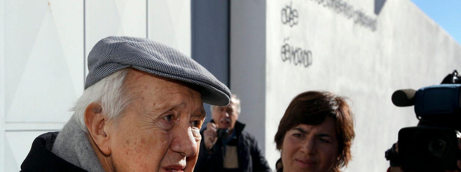 O socialista Mário Soares fala aos jornalistas à saída do Estabelecimento Prisional de Évora, onde visitou o ex-primeiro ministro José Sócrates pela segunda vez
