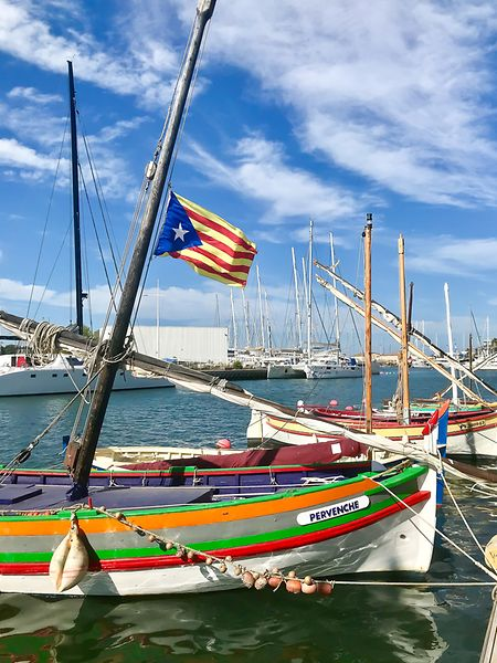 A Canet, sur le quai Florence Arthaud, des coques dont les couleurs enfantines oscillent en face de catamarans sans âme, arrogants et tout blancs, grincent paisiblement.