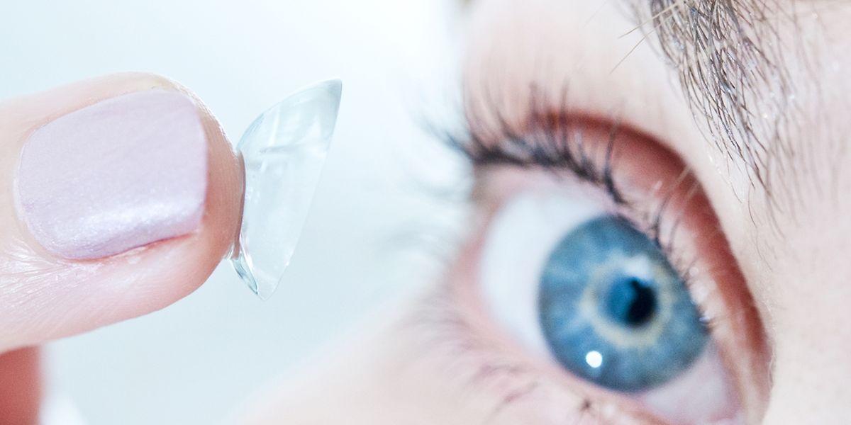 Eine Hornhautverkrümmung lässt sich auch mit Kontaktlinsen ausgleichen. Ohne Korrektur verzerrt sich bei Betroffenen das Bild.