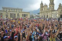 TOPSHOT - Venezuelan opposition supporters living in Colombia take part in a demonstration to back Venezuelan opposition leader Juan Guaido's calls for early elections, at Plaza de Bolivar square in Bogota, on February 2, 2019. - Tens of thousands of protesters were set to pour onto the streets of Caracas to back self-proclaimed acting president Guaido's calls for early elections as international pressure increased on President Nicolas Maduro to step down. Major European countries have set to Sunday deadline for Maduro to call snap presidential elections. (Photo by DIANA SANCHEZ / AFP)