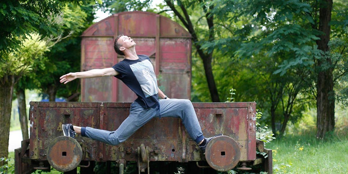 Le danseur Ivan Strelkin sur le wagon abandonné