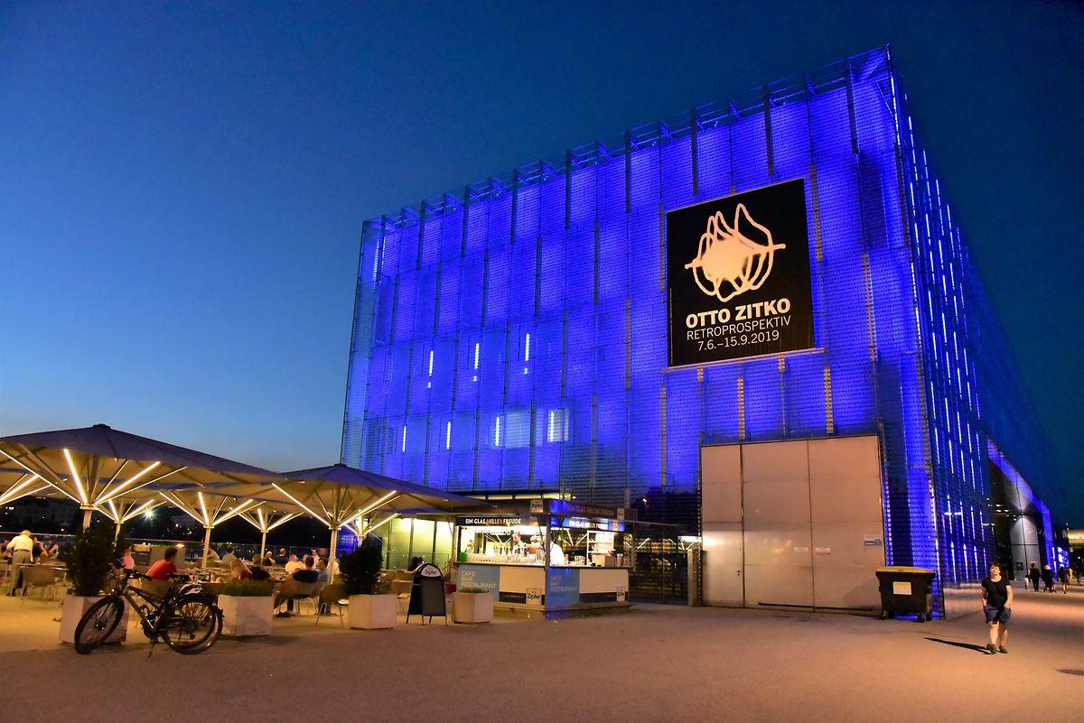 Auch von außen ein echter Hingucker: das Leos Kunstmuseum, das selbst wie ein avantgardistisches Kunstwerk wirkt.