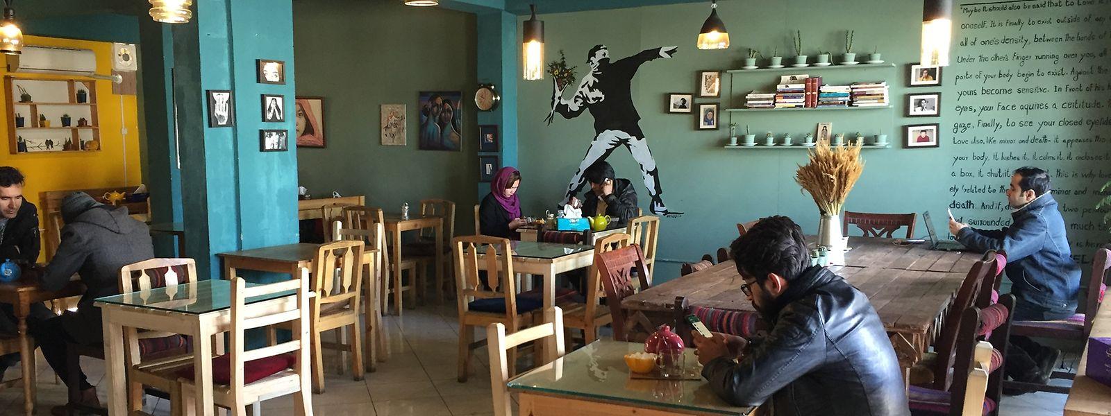 Die Café-Szene beschränkt sich weitgehend auf die Hauptstadt und fokusiert sich überwiegend auf junge Menschen im Alter zwischen 18 und 30.