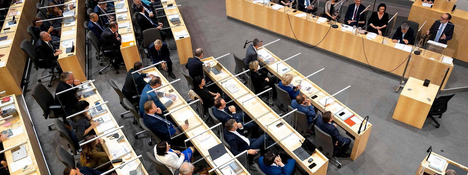 Austria's new Chancellor Alexander Schallenberg (top, R) delivers a speech during an extraordinary session at the Nationalrat parliament in Vienna on October 12, 2021. (Photo by JOE KLAMAR / AFP)