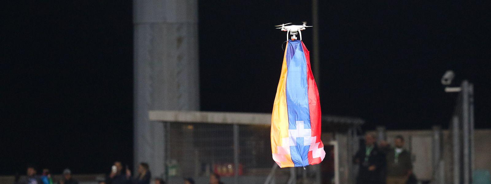 Die Drohne mit der Fahne der Republik Bergkarabach sorgte für Ausschreitungen.