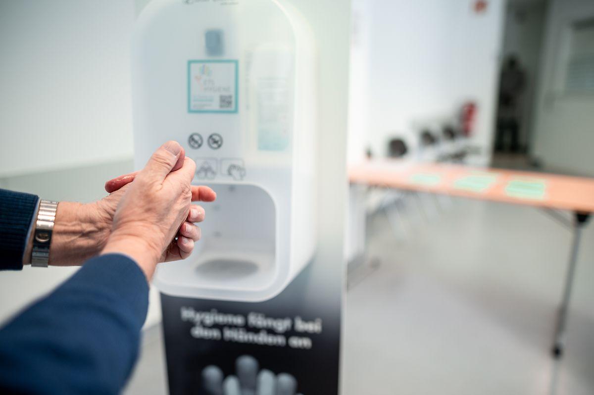 Vor einer Infektion mit Covid-19 kann man sich unter anderem schützen, wenn man die Hände desinfiziert.