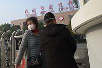 Eine Frau verlässt das Wuhan Medical Treatment Centre in China, wo ein Mann, der an dem neuartigen Virus erkrankt war, starb.