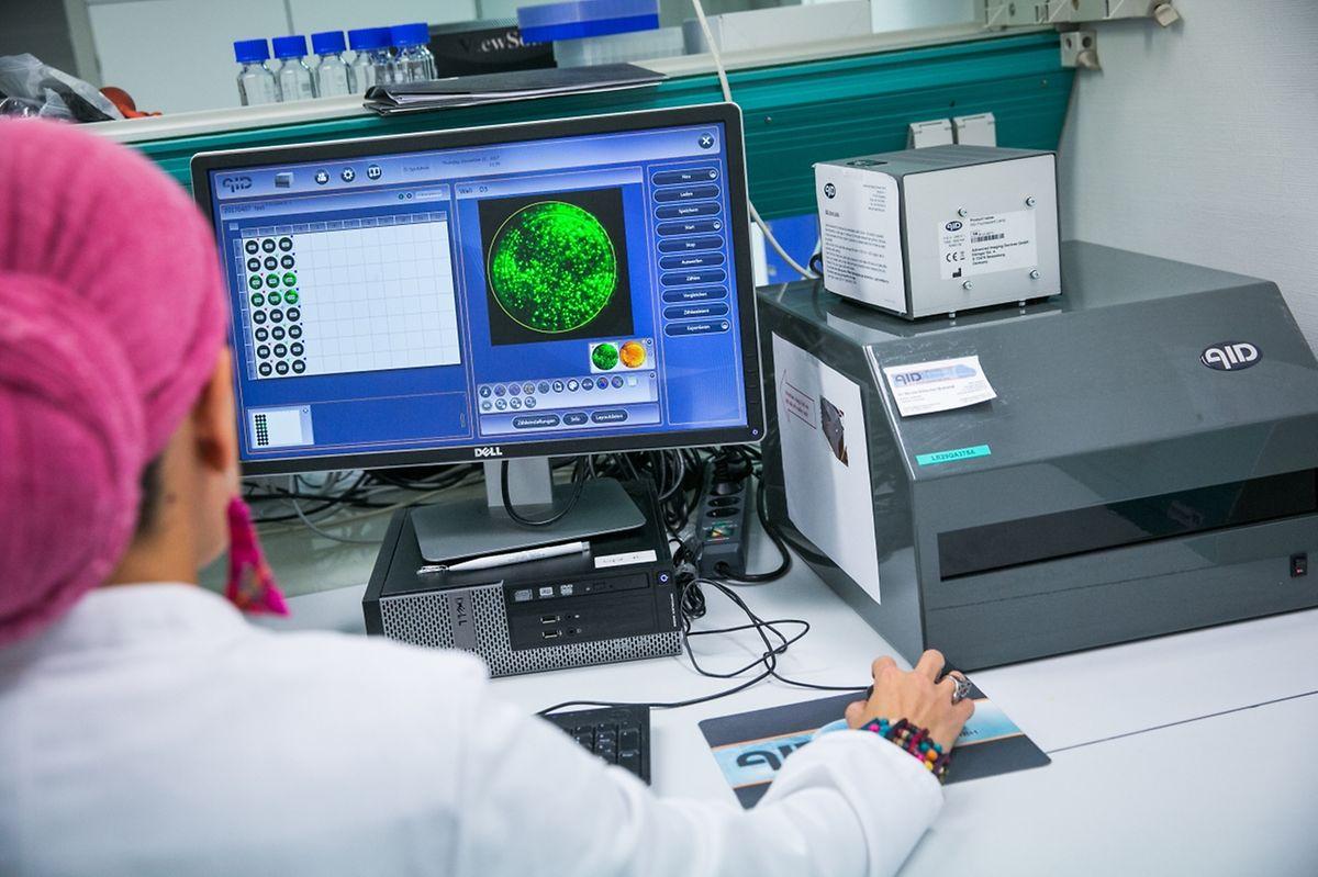 Grâce à ce nouvel automate, le Dr Ilham Moumna effectue le test Elispot: elle étudie la réponse des cellules du patient en contact avec la bactérie responsable de la maladie de Lyme