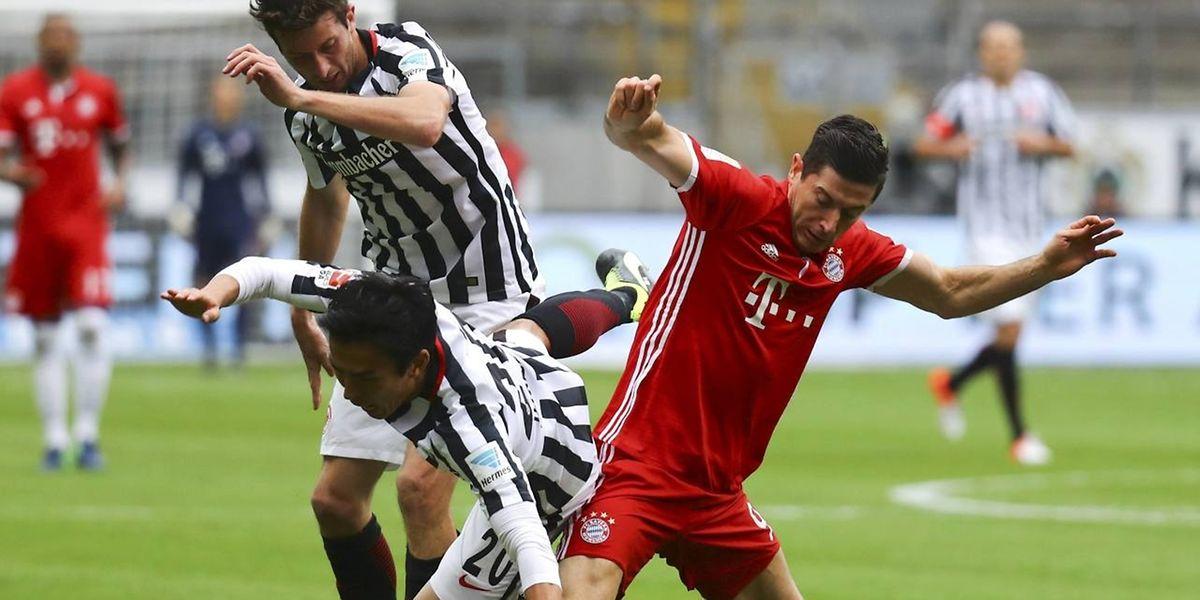 Wer fällt da über wen? München zeigte sich im Spiel gegen Frankfurt eher schwach.