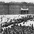 Nach dem Sturm 1917: Kundgebung der Arbeiter- und Soldatenräte vor dem Winterpalast.