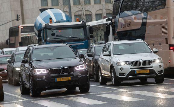 Firmenwagen sind für Arbeitnehmer ein beliebtes Extra bei Gehaltsverhandlungen. Meist darf das Fahrzeug auch für den Weg zur Arbeitsstätte sowie private Zwecke genutzt werden.