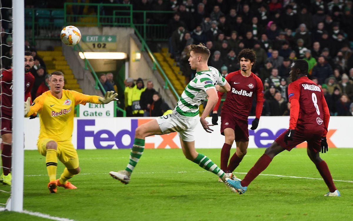 Battu (0-2) par Salzbourg, le Celtic Glasgow du Norvégien Kristoffer Ajer (en vert et blanc) est néanmoins qualifié grâce au nul de Rosenborg contre le RB Leipzig