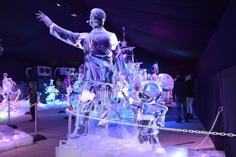 Walt Disney et son célèbre personnage Mickey vous accueillent dès l'entrée dans ce palais de glace.