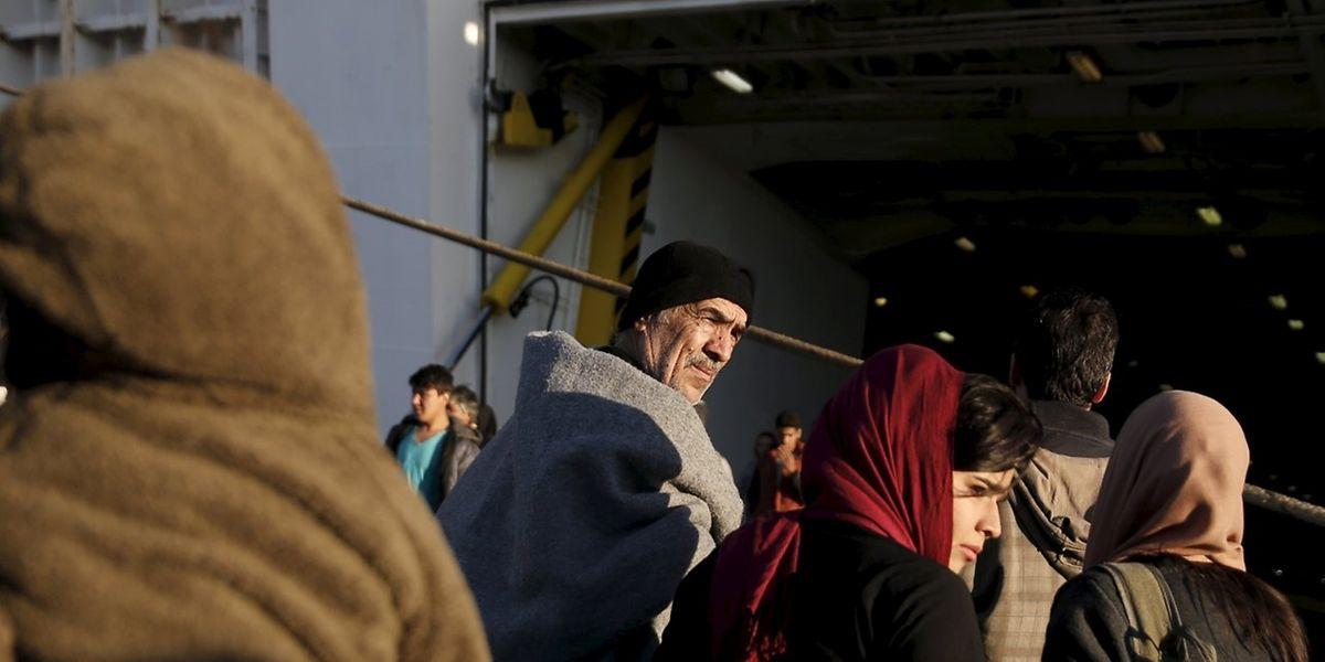 Flüchtlinge verlassen die Insel Lesbos mit einer Fähre.