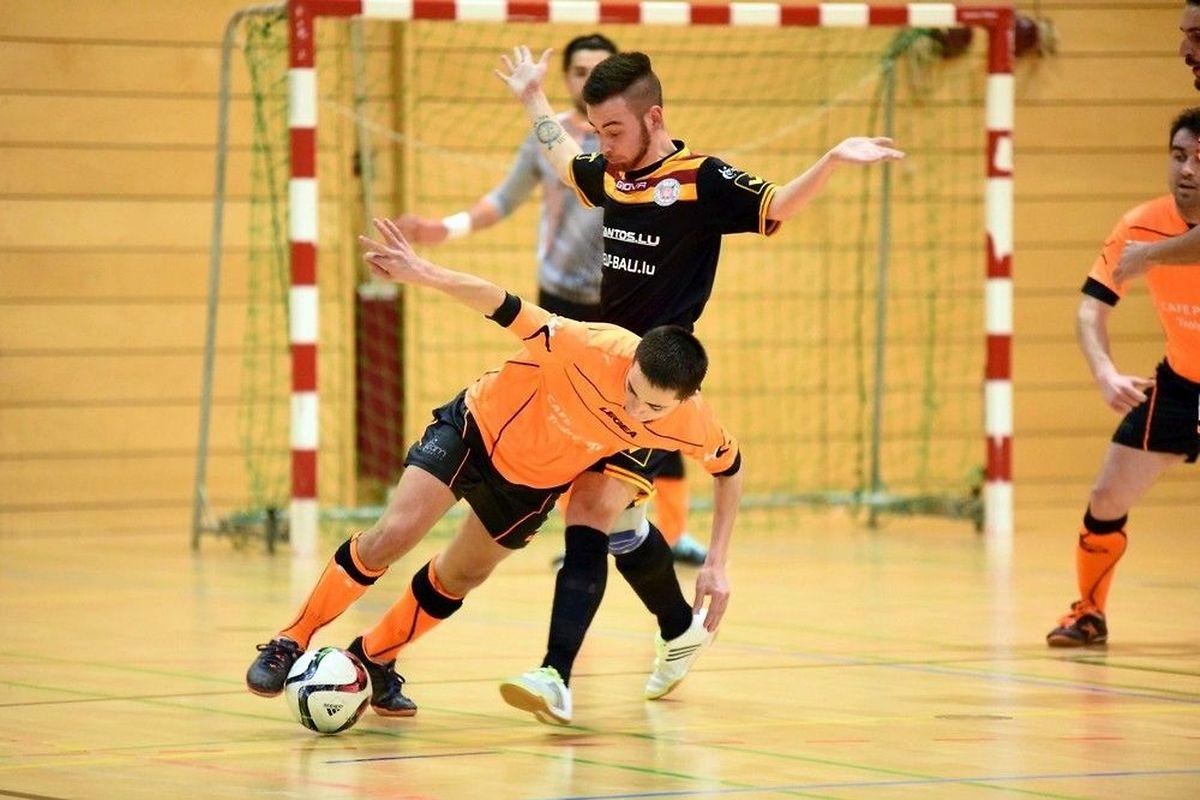 Bryan Nascimento de Araujo (Amicale Clervaux, en orange) brûle la politesse à Ben Gasper, du FC Wiltz