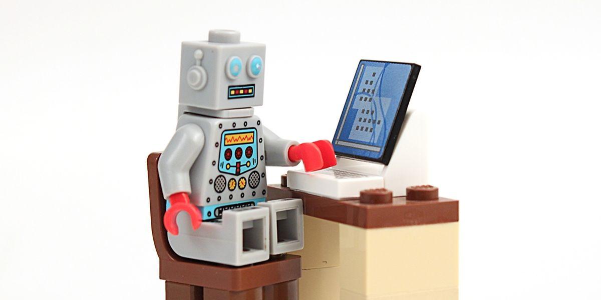 """Mensch gegen Maschine: Viele fürchten, dass der""""Kollege Roboter"""" ihnen bald die Arbeit abnimmt."""