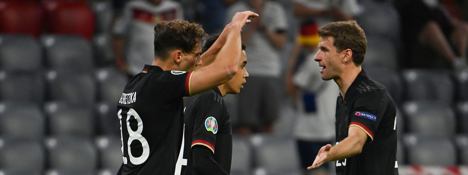 Leon Goretzka, Thomas Müller (r.) und Jamal Musiala (hinten) stehen mit Deutschland im Achtelfinale.