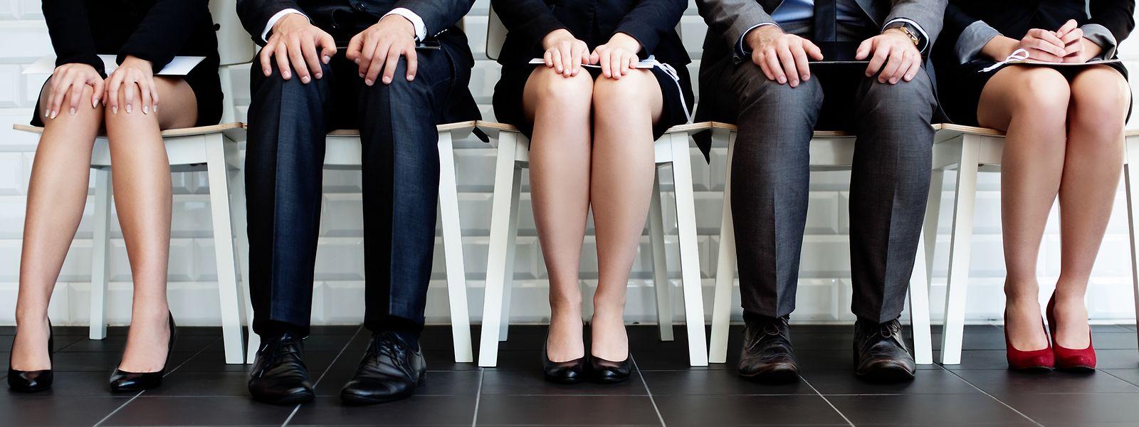 Neben der Ungewissheit bezüglich ihres Arbeitsverhältnisses verdienen befristet Beschäftigte deutlich weniger Geld als ihre unbefristet tätigen Kolleginnen und Kollegen.